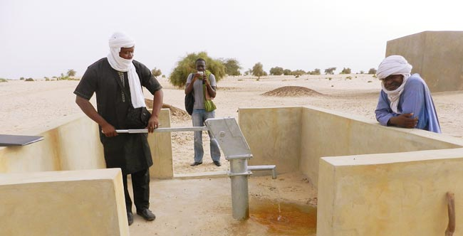 Image of teachers using the new well installed by Caravan to Class at the school in Tourari, Mali